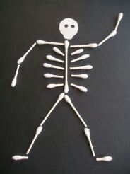 This Q-Tip Skeleton is an easy and inexpensive Halloween kids craft. This would be a great activity for preschoolers to add some spooky to the holiday! Can't wait for Halloween to make this! Fall Crafts, Holiday Crafts, Holiday Fun, Fröhliches Halloween, Holidays Halloween, Halloween Skeletons, Halloween Class Party, Halloween Clothes, Halloween Projects