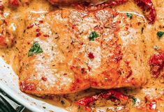 The recipe for salmon with a creamy sundried tomato sauce! - It's a delicious, very healthy salmon recipe with a creamy sun-dried tomato sauce. Healthy Pizza Recipes, Whole30 Fish Recipes, Meat Recipes, Food Processor Recipes, Goulash Recipes, Recipes With Fish Sauce, Salmon Recipes, Sun Dried Tomato Sauce, Healthy Meals