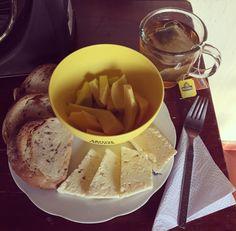 #healthybreakfast: #Mango recién bajao del palo e mango, pan de @vivalightcol de #Quinua y #Chía, porción de queso costeño bajo en sal y te verde con #Piña de @tehindu y #Manzanilla!
