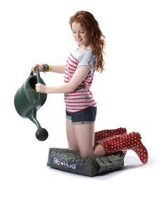Big Hug Garden Pad - nicht nur Gärtners Liebling!   Nicht nur die Engländer sind begeisterte Gärtner. Gardening ist ganz groß im Kommen! Wenn nur die Knie nicht so schmerzten nach dem Kampf mit Giersch und Löwenzahn! Wie wäre es, wenn du ein Kissen hättest, das deine Knie schont und dabei auch noch dein Werkzeug trägt? Hier ist es. Das Big Hug Garden Pad! Oben ein Griff zum Hin- und Hertragen, an den Seiten Taschen für Gartenschere und Pflanzkelle. Seat Cushions, Pillows, Big Hugs, Carry On, Home Appliances, Bean Bags, Tools, The Originals, Origins