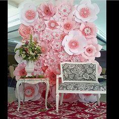 """774 Likes, 56 Comments - Por Shimeny Lima (@portaldedicas) on Instagram: """"Painel de rosas gigantes lindoo por @dugorche . #portaldedicas #dicadoportal #paperflowers…"""""""
