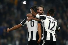 Juventus' German midfielder Sami Khedira (L) celebrates with Juventus' Argentinian forward Gonzalo Higuain (C) and Juventus' Brazilian defender Alex Sandro after scoring a goal during the Italian Serie A football match between Juventus and Pescara at the Juventus Stadium in Turin on November 19, 2016. / AFP / MARCO BERTORELLO