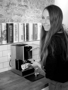 Laura Z. (Marketing Manager) ist unser Kaffee-Gourmet. Sie brüht am liebsten mit dem Handfilter - Für unverfälschten Genuss. Laura Z. (Marketing Manager) is our coffee-gourmet. She loves to brew with the hario handfilter - for pure indulgence.