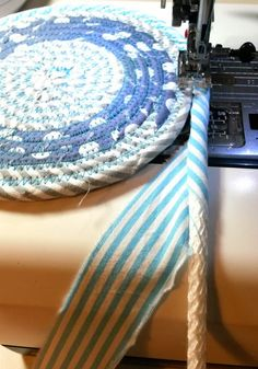 1 million+ Stunning Free Images to Use Anywhere Fabric Bowls, Fabric Rug, Fabric Scraps, Diy Sewing Projects, Sewing Crafts, Rag Rug Diy, Hot Pads, Rope Rug, Braided Rag Rugs