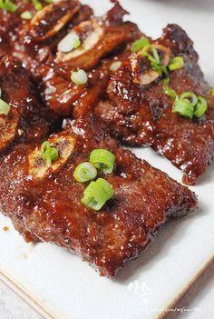 윤식당 불고기 레시피 소스 덕분에 편하게 살고 있습니다. 윤식당 불고기 레시피 소스 불고기만 만드는게 ... Korean Side Dishes, K Food, Food Menu, Cooking Recipes For Dinner, No Cook Meals, Food Design, Comfort Food, Asian Cooking, Korean Food