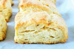 These flaky, homemade buttermilk biscuits are seriously easy to make and come together in less than 15 minutes! They're soft and fluffy, with layer upon layer of buttery, flaky goodness! Make them for breakfast or use a side dish recipe! Southern Homemade Biscuits, Homemade Gravy For Biscuits, Homemade Cornbread, Buttery Biscuits, Buttery Drop Biscuit Recipe, Quick Biscuit Recipe, Easy Drop Biscuits, Bisquick Recipes, Cooking Recipes