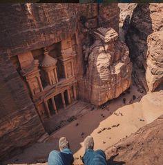 Quelle vue!  Le Khazneh est l'un des monuments les plus connus de la cité antique de Pétra en Jordanie. #repost: @trvlrworld photo: @ovunno #voyagevoyage #voyage #voyage #paysage #instatravel #petra #jordan