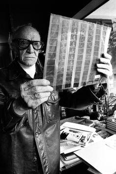 Toma uno, fade in. Emerge lentamente el rostro de Gabriel Figueroa, uno de los más grandes fotógrafos mexicanos. ... Construyó su estilo a partir de los maestros de la pintura renacentista, como Leonardo da Vinci, y del arte mexicano, como Siqueiros y Orozco. El 27 de abril de 1997, a los 90 años de edad, el maestro cerró para siempre el obturador.  Foto: Marcela Noguez