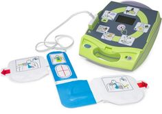 El AED Plus cuenta con Real CPR Help®, una exclusiva herramienta de retroalimentación de RCP que puede monitorear la calidad de la RCP y proporcionar retroalimentación en tiempo real acerca de la profundidad y la frecuencia de las compresiones torácicas. Las indicaciones audiovisuales le ayudarán a realizar el rescate con una confianza y claridad que ningún otro DEA puede ofrecer.