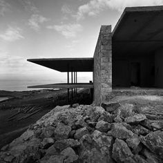 the Lanaras weekend house by Architect Nicos Valsamakis.The structure is one of great importance pertaining to Greek architecture during the Contemporary Architecture, Amazing Architecture, Interior Architecture, Contemporary Houses, Online Architecture, Residential Architecture, Classical Athens, Landscape Arquitecture, Casa Cook