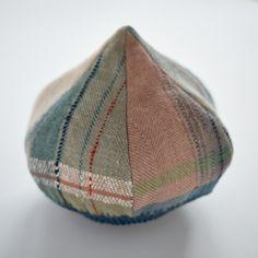 大島広子さんとつばめ工房のコラボで作った帽子、「どんぐりベレー」の新作ができあがりました。 つばめ工房で手織りした、木綿と麻のヘリンボーンの生地を使っています。ベレーのかぶり口は、木綿糸で手編みしてます。正面に出る柄で印象が変わり