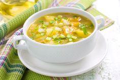 Sopa boba to zupa z kurczaka pochodząca z Majorki. Kuchnia tej najpiękniejszej z wysp Balearów jest podobna do kuchni śródziemnomorskiej: pełna jest świeżych warzyw i lokalnych składników, które można kupić na bazarach. Dużą popularnością cieszą się tam właśnie gęste zupy, ryby i owoce morza oraz dania podobne do hiszpańskiej paelli. To kuchnia bardzo kolorowa i aromatycznie doprawiona. Diet Soup Recipes, Healthy Recipes, Healthy Food, Salt Scrub Recipe, Veg Soup, Vegetable Soups, Vegetable Recipes, C'est Bon, Prosciutto