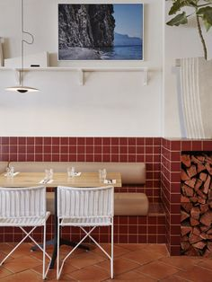 Love the earthy design style of this pizza restaurant 💫 (📸: ohlostudio) Restaurant Banquette, Pizza Restaurant, Restaurant Names, Bar Tile, Bar Restaurant Design, Wicker Dining Chairs, Red Tiles, Interior Design Awards, Cafe Interior