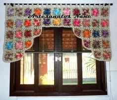 Bandô de cortina com flores coloridas. <br> <br>Essa peça é bem trabalhosa, por esse motivo é feita apenas após a confirmação do pagamento da primeira parcela. <br> <br>O tamanho pode ser feito conforme necessidade da cliente.