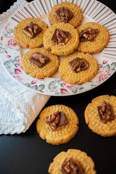 Fursecuri cu nuca si ciocolata - Lucky Cake Lucky Cake, Doughnut, Unt, Muffin, Food And Drink, Favorite Recipes, Cookies, Breakfast, Desserts