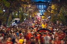 Attend the UW Homecoming Parade