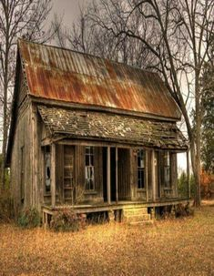 Abandoned country house with rusty tin roof.think how many stories this house could tell. Abandoned Farm Houses, Abandoned Property, Old Farm Houses, Abandoned Mansions, Old Buildings, Abandoned Buildings, Abandoned Places, Old Cabins, Cabins In The Woods