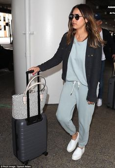 Jessica Alba and husband Cash Warren hold hands at LA airport – travel outfit plane long flights Airport Style Travel Outfits, Cute Travel Outfits, Comfy Travel Outfit, Winter Travel Outfit, Winter Outfits, Summer Outfits, Travelling Outfits, Summer Shoes, Jessica Alba Outfit