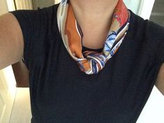 Scarves - How to Wear a Carre/Silk Twill Casually? Casual chic with a knot Ways To Tie Scarves, Ways To Wear A Scarf, How To Wear Scarves, Scarf Knots, Diy Scarf, Casual Chic, Neck Scarves, Scarf Styles, Ideias Fashion