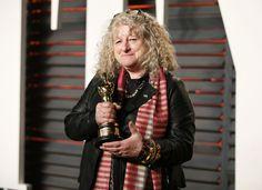 Ontwerpster Jenny Beavan mocht de Oscar voor beste kostuums mee naar huis nemen voor haar ontwerpen voor 'Mad Max: Fury Road'. Het applaus bleef echter achterwege. Het publiek leek wel te gechoqueerd door haar outfit om de handen beleefd op elkaar te slaan. Een staande ovatie was nochtans een betere reactie geweest.