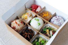 Variations autour du tatam. Avec le plateau repas idéal, servi chez www.mussubi.fr, la nouvelle cantine japonaise du 10eme à Paris.