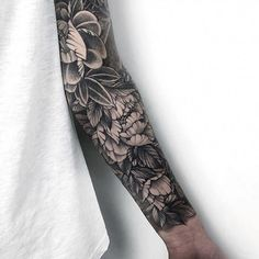 Flowers for men ?We think – why not By ⠀⠀⠀⠀⠀⠀⠀… Finger Tattoo – Fashion Tattoos Arm Tattoos For Guys, Leg Tattoos, Black Tattoos, Body Art Tattoos, Tattoos For Women, Cover Up Tattoos For Men, Fake Tattoos, Tatoo Flowers, Men Flower Tattoo