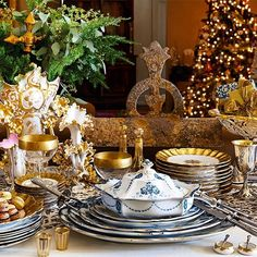 Only Christmas can prompt the richness and magnitude with which we deck the halls in celebration of the season. Link in profile for 10 favorite ideas and tips for decorating your home in Yuletide grandeur!
