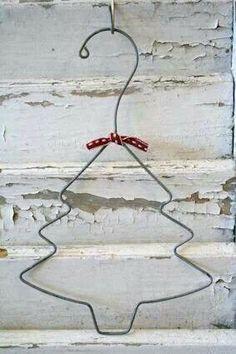 """Da una stampella un albero. Chissà come verrebbe a """"incantarlo""""con dei fili di lana?"""