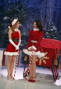 Bella Thorne: 'Merry Merry It Up' This Sunday!: Photo Bella Thorne gets a jump start on her PSAT studies in this new still from Shake It Up. Christmas Dance, Christmas Costumes, Merry Christmas, Christmas Trivia, Christmas Dresses, Shake It Up, Bella Thorne And Zendaya, Bella Throne, Santa Outfit