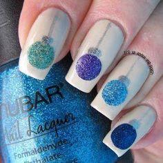 Base blanca.... con esferas de colores... azul, verde, morado y azul con glitter... para la corona de estás y su lazo, usar barniz gris con glitter...