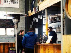 Cerveza artesana Monkey Beer de visita a Edge Brewing. Los Monkeys de cata.