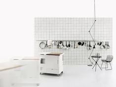 Joe Colombo, progettista visionario, è stato autore di alcuni tra i pezzi più importanti del design italiano. Tra questi spicca laMinikitchenrealizzata daBoffinel 1963, un'unità completa che riassume in sé tutto ciò che compone una cucina,