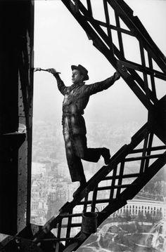 #leica / Marc #Riboud 1953 Le peinte de la Tour Eiffel