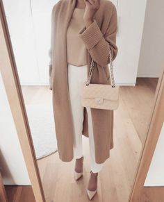 Classic neutral outfits that are simple and sophisticated. Classic neutral monochrome outfits are the perfect way to look more polished and professional. Trajes Business Casual, Business Casual Outfits, Professional Outfits, Office Outfits, Classy Outfits, Chic Outfits, Business Professional, Business Attire, Office Wear