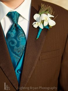 Great teal coordination! Love the peacock feather accent! Love the brown suit, definitely something for an autumn wedding
