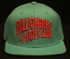 O logo mais tradicional da Billionaire Boys Club foi apresentado na primeira coleção da marca, em 2003, com a arte produzida por Sk8thing (chefe artístico da BAPE e peça fundamental na concepção...