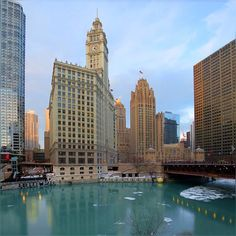 These golden lights of setting sun can always put smile on my face :) #Winter #Cold #ChicagoRiver #StateStreet #RiverBridge #ColdWater #ChicagoLoop #Chicago #Downtown #HappyThursday