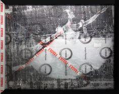 """BEŞ HARF sergisi: ARDAN ÖZMENOĞLU """"Fragile"""" Balonlu ambalaj naylonu üzerine ipek baskı ve kırık cam, 159x129cm, 2017"""