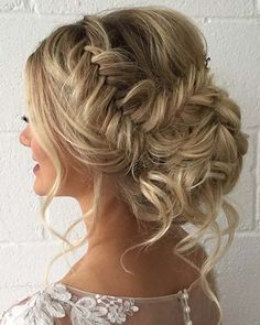 Updo with Loose Curls Next, we have a hairstyle that looks fit for a princess. The hair has a side fishtail braid that ends in a curled bun. There are also loose curls at the front and back… Wedding Hairstyles For Long Hair, Box Braids Hairstyles, Wedding Hair And Makeup, Formal Hairstyles, Bride Hairstyles, Hairstyle Ideas, Hair Wedding, Loose Hairstyles, Bridal Hair