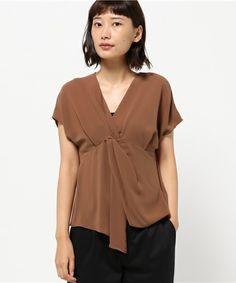 【ZOZOTOWN|送料無料】emmi(エミ)のシャツ/ブラウス「【emmi atelier】ツイストブラウス」(13WFT164048)をセール価格で購入できます。 Blouse Styles, Blouse Designs, Fashion Forecasting, Shirt Blouses, Shirts, Summer Tops, Fashion Details, Tunic Tops, Street Style