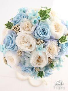 プリザーブドフラワーのウェディングブーケ (ラウンドブーケ) 白&ブルーの清楚でロマンティックなブーケです。 サムシングブルーは、花嫁さまの幸せを祈る色です。