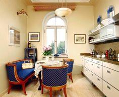 W kuchni zaskakuje zestawienie prostych nowoczesnych szafek oraz stylizowanej kanapy i foteli. - zdjęcie