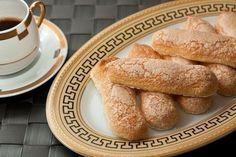 """Нежное печенье Савоярди, или """"дамские пальчики"""", – обязательный компонент Тирамису. Такие утонченные и воздушные. Ингредиенты:— 3 яйца— 100 г сахара— 90 г муки— Соль— 20 г сливочного масла— 30 г сахарной пудры.Приготовление: 1. Для приготовления савоярди очень важно, чтобы тесто было густым и воздушным. В миске взбить белки в крепкую пену. 2. Желтки и 75"""
