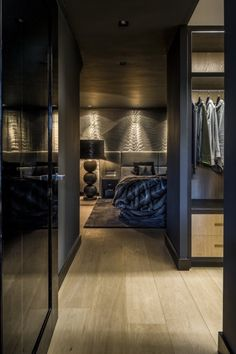 Luxe slaapkamer inspiratie met garderobekamer Luxury bedroom inspiration with wardrobe room Modern Bedroom Design, Home Interior Design, Lobby Interior, Luxury Home Decor, Luxury Homes, Wardrobe Room, Home Bedroom, Bedroom Wall, Bedroom Decor