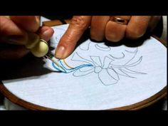 Curso de Bordado Chino Embroidery Stitches Tutorial, Hand Embroidery Designs, Silk Ribbon Embroidery, Embroidery Applique, Baby Moccasin Pattern, Smocks, Pouch Tutorial, Punch Needle, Stitch Design