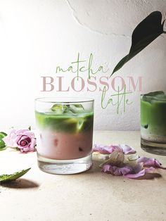 Matcha and Blossom Iced Latte We're trying to hold on to Summer for as long as possible with this fabulously floral matcha iced latte. It's so easy and so delicious! Fun Drinks, Yummy Drinks, Healthy Drinks, Yummy Food, Beverages, Matcha Drink, Matcha Iced Latte, Matcha Cafe, Matcha Latte Recipe