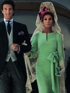 Nati ambas al , elegante traje verde con mantilla blanca