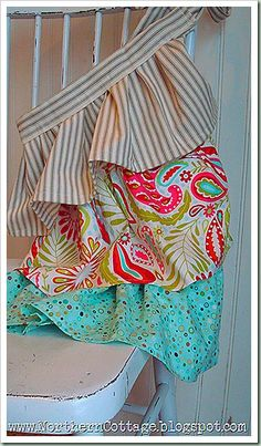 i'm a lover of aprons!  this one is adorable and comes with a pattern ... sweet!