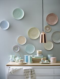 The ceramic, Scandinavian collection from Bloomingville creates colour and clean sharp tones in your home. Scandinavian Bookshelves, Deco Pastel, Inside A House, Classic Kitchen, Pastel House, Home Decor Furniture, Plates On Wall, Home Decor Styles, Kitchen Interior
