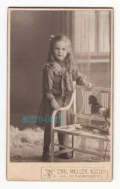 CDV-Foto dat. 1909 - Herta Lübke als kleines Mädchen, Spielzeug - Köslin Emil Müller Inhaber Th. Kannenberg